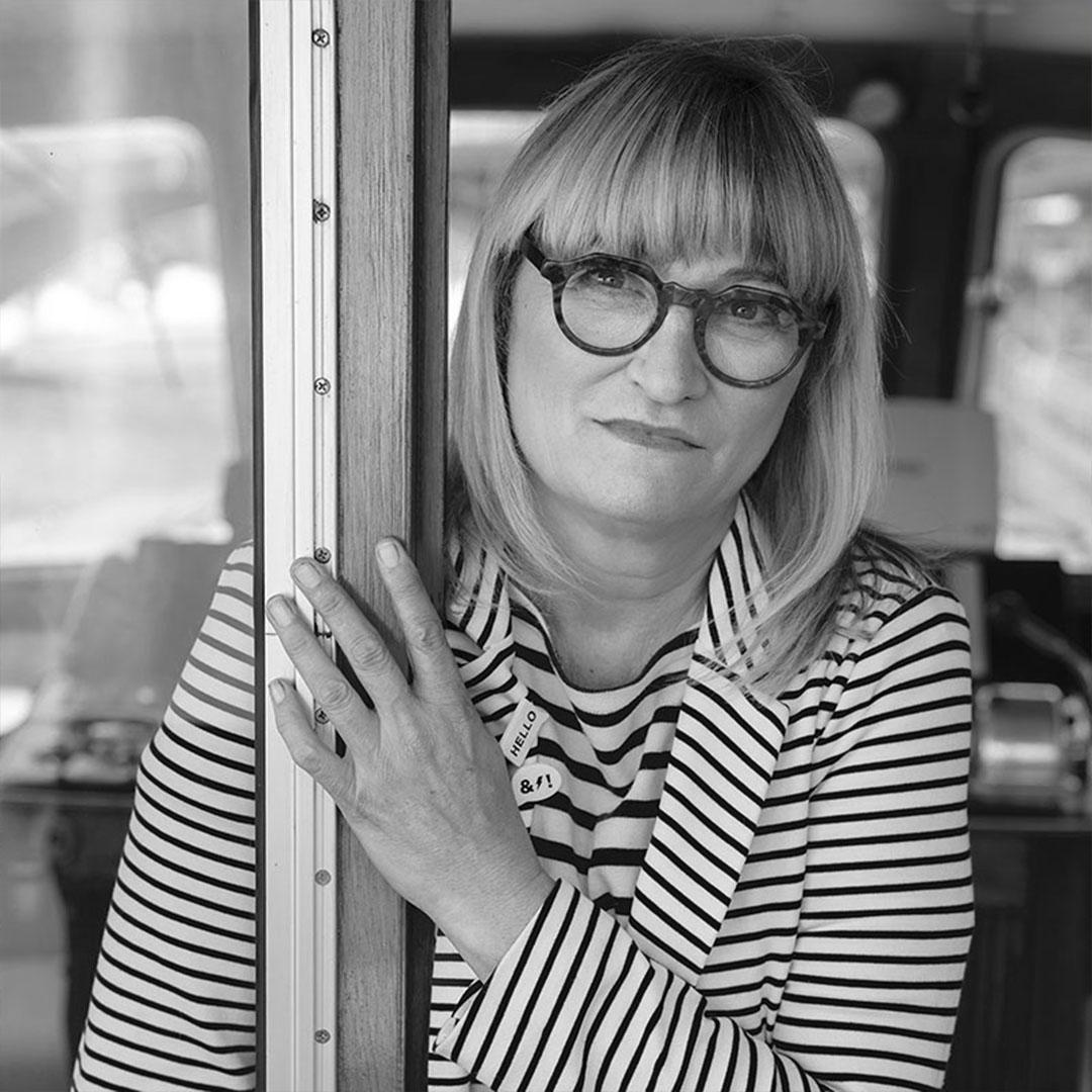 Portrait de Christine Bravo Noir et banc